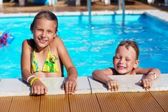 Małe dzieci bawić się zabawę i ma w pływackim basenie z powietrzem Zdjęcie Royalty Free