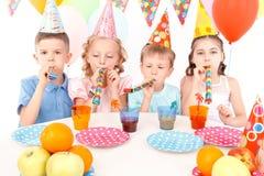 Małe dzieci podczas przyjęcia urodzinowego zdjęcie stock