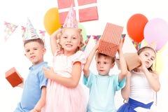 Małe dzieci pozuje z prezentami urodzinowymi obrazy stock