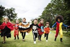 Małe dzieci przy Halloween przyjęciem obraz stock