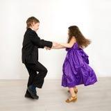 Małe dzieci tanczy wpólnie na dzieciaka przyjęciu Fotografia Royalty Free