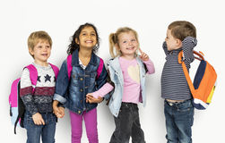 Małe Dzieci Trzyma ręki Niesie plecaki obrazy stock