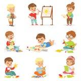 Małe Dzieci W sztuki klasie W szkole Robi Różnym Kreatywnie aktywność, obraz, Pracujący Z kitu I rozcięcia papierem royalty ilustracja