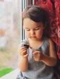 Małe dziecko, śliczna berbeć dziewczyna ma zabawę bawić się w domu z kolorowym gwoździa połyskiem Fotografia Royalty Free