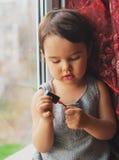 Małe dziecko, śliczna berbeć dziewczyna ma zabawę bawić się w domu z kolorowym gwoździa połyskiem robi manicure'owi Obrazy Stock