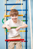 Małe dziecko bawić się sporty przy sporta centrum Dzieciak chłopiec pozycja na linowej drabinie obraz stock
