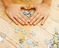Małe dziecko bawić się z łamigłówkami na drewnianej podłoga wraz z rodzicem, stylu życia pojęcia ludzie, kocha ręki each Zdjęcia Stock