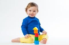 Małe dziecko bawić się z dices odosobnionego na białym tle fotografia stock