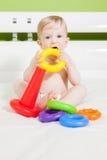 Małe dziecko chłopiec bawić się z kolorową zabawką Zdjęcia Stock