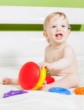 Małe dziecko chłopiec bawić się z kolorową zabawką Zdjęcie Royalty Free