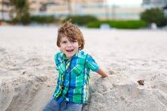 Małe dziecko chłopiec bieg na plaży ocean Zdjęcie Royalty Free