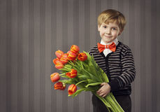 Małe Dziecko chłopiec Daje kwiatu bukietowi, Przystojny dzieciaka powitanie R Obrazy Stock