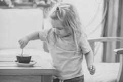 Małe dziecko chłopiec robi herbaty Obraz Royalty Free