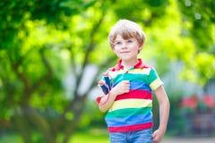 Małe dziecko chłopiec strzela drewnianego slingshot Obrazy Stock