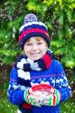 Małe dziecko chłopiec trzyma dużą filiżankę z czekoladą Zdjęcia Royalty Free