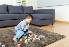 Małe dziecko cieszy się bawić się zabawka blok fotografia stock