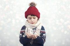 Małe dziecko dmucha śnieg obrazy stock