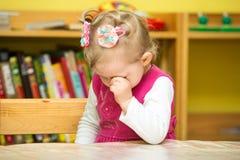 Małe dziecko dziewczyna bawić się w dziecinu w Montessori preschool obraz royalty free