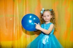 Małe dziecko dziewczyna bawić się w dziecinu w Montessori preschool klasie Uroczy dzieciak w pepiniera pokoju Fotografia Stock