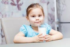 Małe dziecko dziewczyna pije mleko obrazy stock