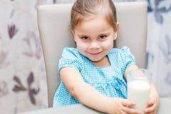 Małe dziecko dziewczyna pije mleko fotografia stock