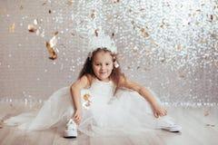 Małe dziecko dziewczyna w princess sukni na confetti tle obraz stock