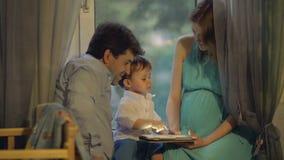 Małe dziecko i rodzice z ochraniaczem w domu zbiory