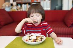 Małe dziecko je owocowej sałatki Obrazy Royalty Free