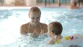 Małe dziecko ma pływackie lekcje zdjęcie wideo