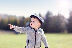 Małe dziecko ma zabawę outdoors obraz royalty free