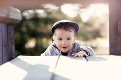 Małe dziecko ma zabawę outdoors zdjęcia royalty free