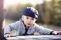 Małe dziecko ma zabawę outdoors zdjęcia stock