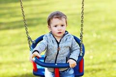 Małe dziecko ma zabawę outdoors zdjęcie stock