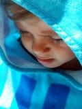 Małe dziecko ochraniający przeciw un upału uderzeniu zdjęcia stock