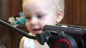 Małe Dziecko Odkrywa Tripod 4K UltraHD, UHD zdjęcie wideo