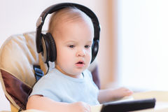 Małe dziecko ogląda kreskówkę na telefonie fotografia stock