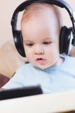 Małe dziecko ogląda kreskówkę na telefonie zdjęcie stock