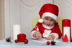 Małe dziecko pisze liście Santa Fotografia Stock
