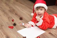 Małe dziecko pisze liście Santa Obrazy Stock
