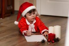 Małe dziecko pisze liście Santa Zdjęcia Royalty Free