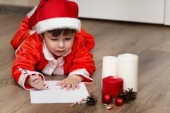 Małe dziecko pisze liście Santa Obraz Royalty Free