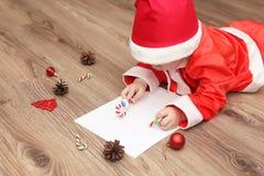 Małe dziecko pisze liście Santa Fotografia Royalty Free