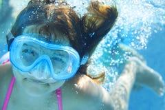 Małe dziecko podwodny w pływackim basenie Obraz Royalty Free