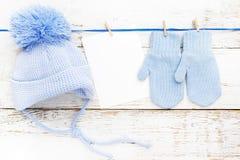 Małe dziecko rękawiczki, nakrywają pustą kartę na białym drewnianym tle Mieszkanie nieatutowy Odgórny widok Zdjęcia Royalty Free