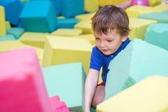 Małe dziecko sztuka z miękka część blokami przy salowym dziecka boiskiem obrazy royalty free