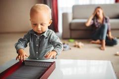 Małe dziecko sztuki, zaakcentowana matka na tle obraz stock