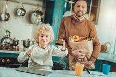 Małe dziecko trzyma kredytową kartę w ręce zdjęcia stock