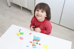 Małe dziecko z playdough w domu obraz royalty free