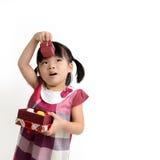 Małe dziecko z prezenta pudełkiem obraz royalty free