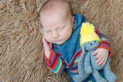 Małe dziecko zawijający w błękitnym szaliku Fotografia Royalty Free